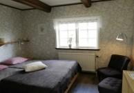 Rum 6 Harebo. Rummet har en dubbelsäng och enkelsäng, en hylla, 2 fåtöljer, handfat och klädhängare. Passar till 3 personer.