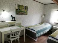 Rum 5 Mundekulla.                 Rummet har 2 resårsängar, ett litet bord, stol, en fåtölj, garderob samt tvättställ.