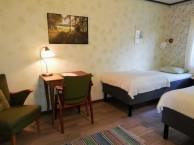 Rum 3  Brunamåla. Rummet har 2 resårsängar, skrivbord, sitthörna, klädförvaring och tvättställ