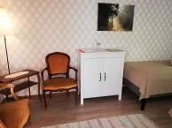 Rum 9, Sibbahult. 2 sängar, sitthörna med 2 fåtöljer, skåp och tvättställ.