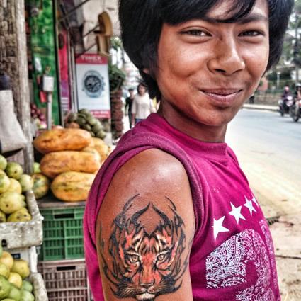 Tatuerad pojke, Kathmandu, Nepal