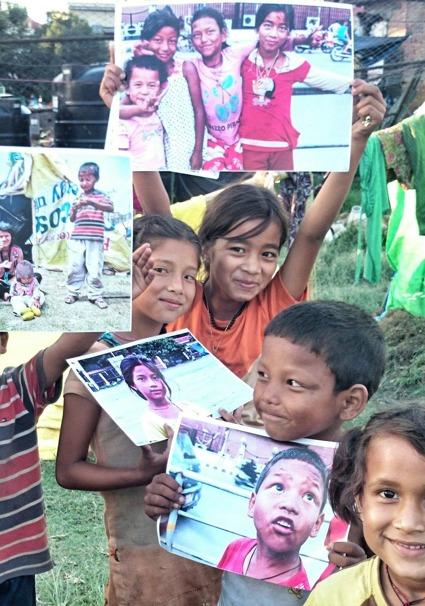 Barn i tältläger efter jordbävningarna, Kathmandu, Nepal