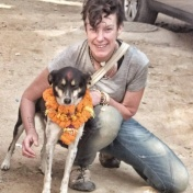 Jag pimpar min störtpolare Tara på dagen då hundarna tackas som människans bästa vän i Nepal. Foto: Kamala