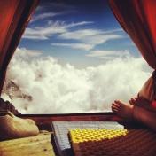 Tankarna är mer lättänkta där uppe i himlen. Ju inte så mycket som stör.