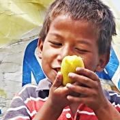 Jag köpte mangos och delade ut för att hjälpa dem connecta med glada känslor. de låg begravda bland all stress och rädsla.