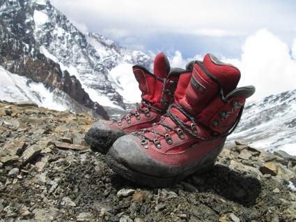 Jag har två såna här skor i olika storlek för man behöver olika storlek beroende på bergets höjd eftersom fötterna expanderar mer på hög höjd., det är så stor skillnad att det inte räckr att fylla på med sockor på lägre höjd som jag också gör.