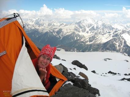 Här en bild från Elbrus i Kaukasus, Europas högsta berg. Några dagar senare tältade jag på toppen. Ett sånt här tält är värdelöst på sommarfjället men helt galet bra i de högre bergen. Häng på så får du lära dig varför – och så klart sova i det en natt. Learning by doing. Typ så.
