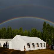 Regnbågar över serveringstältet