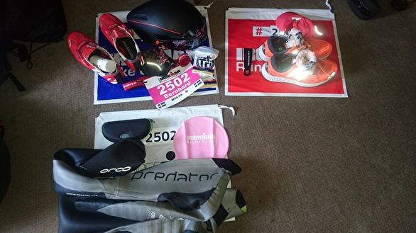Min tävlingsutrustning - kläder, cykel, flaskor och datorer