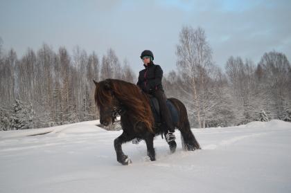 Imir med Linda Persson på ryggen