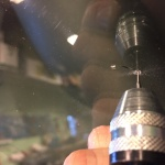 Borra endast till kronan på borren försvinner under ytan på glaset