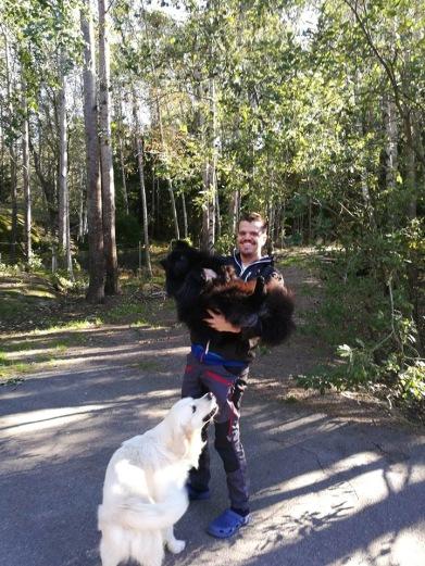 ROBIN har en gedigenHunddagisutbildning(se nedan). Han började praktisera på Skogsdungens Hunddagis mars 2010 och är anställd sedan november 2010.