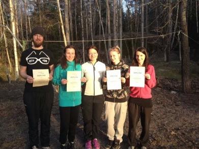 Anders, Maja, Topsy och Karin har fått sina diplom av Linda.