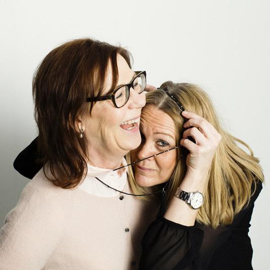 Helen Lindahl överraskar Gunilla Lidgren när de improviserar tillsammans. Foto: Mattias Lindbäck