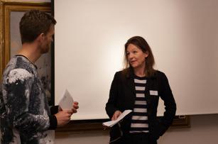 Åmells konsthandels curator Kerstin Lord besvarar en fråga från seminariets moderator Arvid Axland.