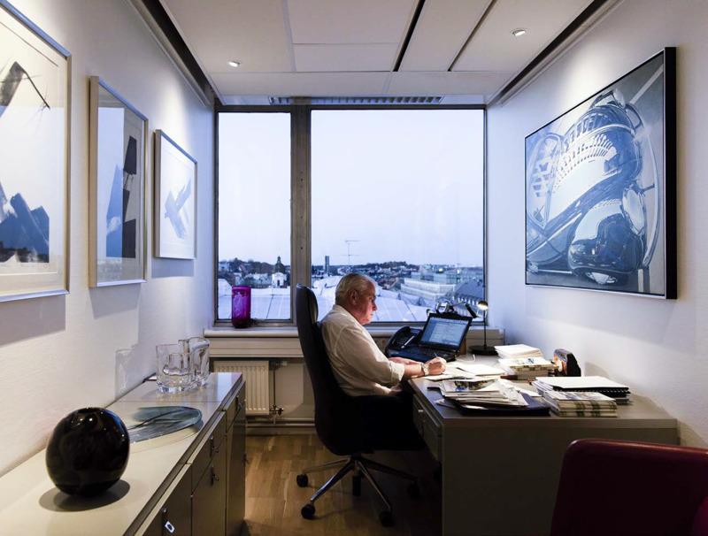 Lagerkvist & Partners VD Magnus Lagerkvist omgiven av konst på sitt kontor. Foto: Mattias Lindbäck
