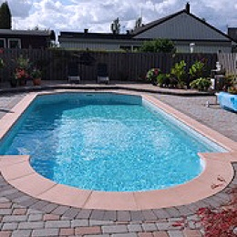 Pool med romantrappa-och-stenläggning-runt-poolen
