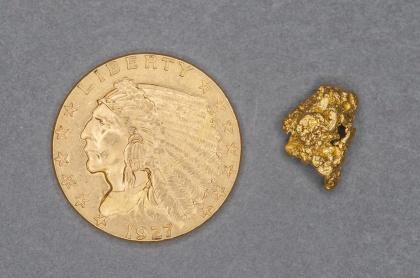 Amerikanskt guldmynt, 2,5 doller från 1927. Vikten är 4,18 g och det innehåller 90% guld och 10 % koppar. Till höger en guldnugget på 1,096 g från Australien.