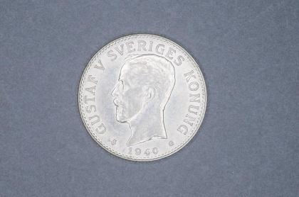 Svensk 2-krona från 1940. Myntet väger 15 g och innehåller 80% silver.