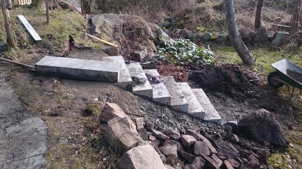 Plattläggning & Stensättning av natursten i trädgård. Känsla för trädgård i Varberg hjälper dig att lägga plattor eller marksten, naturstensarbeten mm