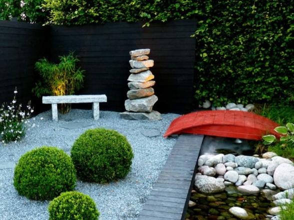 En röd detalj, här en upp- och nedvänd båt, runda stenbumlingar och vatten tillför ytterligare japansk känsla till trädgårdsrummet.