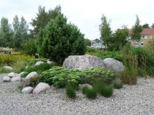 Singel, stenblock och växter bildar golvet