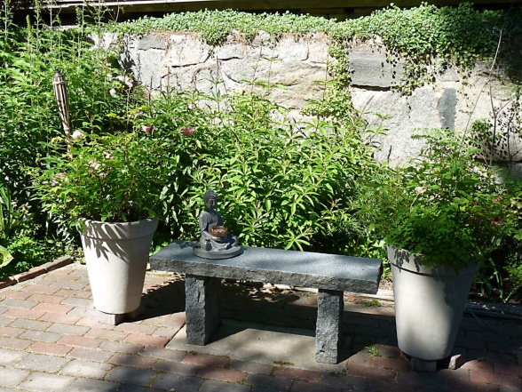 En rofylld sittplats där man får samsas med en buddha-figur på stenbänken