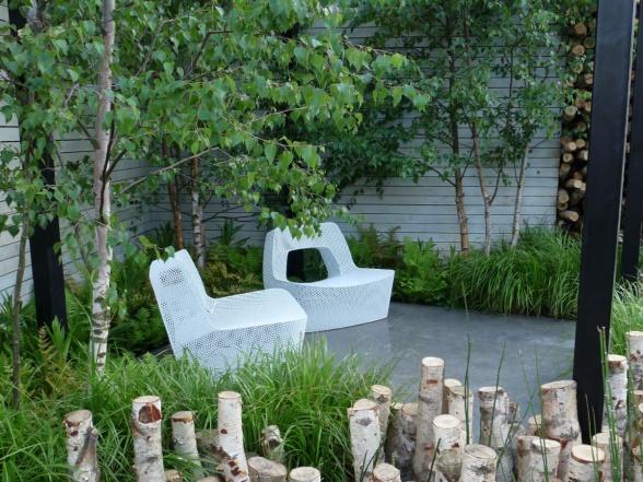 I en modern trädgård förstärks intrycket genom valet av stilmässigt passande möblemang.