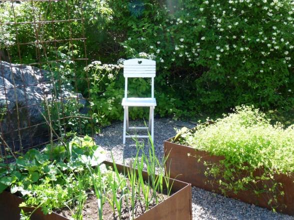 En enkel sittplats är inte dumt att ha intill sin odling. Där kan man sitta ner med en kopp kaffe eller te medan man vilar från ogräsrensningen eller beundrar resultat av sitt arbete.