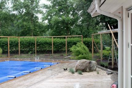 Sommaren 2013, poolområdet skall ramas in. Ett vind-insynsskydd påbörjas. Någon riktig ritning av skyddet hade vi inte, utan designen utvecklades efter hand.