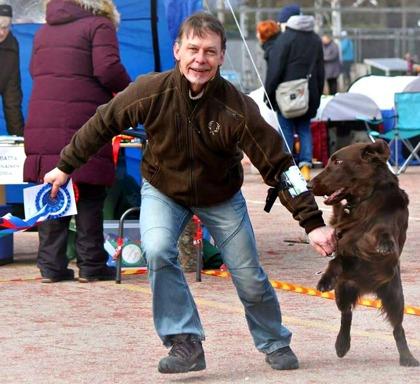 Glad hund och ägare. Foto Katja Korhonen
