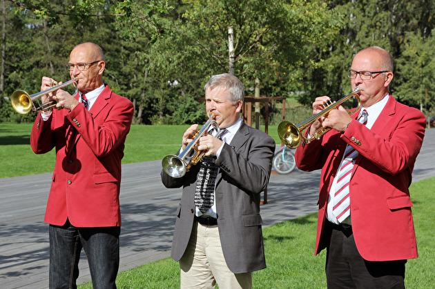 Trumpetarna blåste en musikalisk appell, talarna talade …