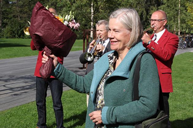 Konstnären Eva Löfdahl avtackades med tal, blommor och applåder.
