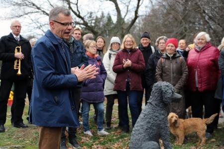 """Slottsfogden talade om alla hundar som nu """"befolkar"""" norra djurgården. Men detta kan vara den första skulpturen på en hund på norra delen av Nationalstadsparken ja kanske första skulpturen över huvud taget på denna del."""