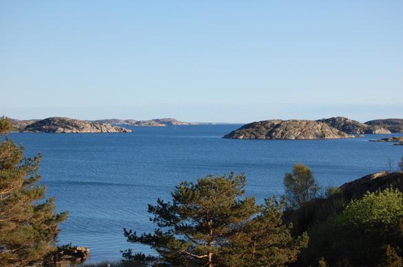 Aussicht vom Haupthaus. Backbord liegt Nävekärr und der Zulauf zum Åbyfjord, geradeaus Stora Kornö (zu dt. etwa grosse Korninsel) und steuerbord sieht man einen kleinen Teil von Malmön (zu dt. etwa Eisenerzinsel). Auf Malmön gibt es einen kleinen Bootshafen, eine Kirche, diverse Geschäfte (Gebäck, Fisch), Pizzerien und gute Restaurants, sowie eine Minigolfbahn. Auf diese Insel gelangt man am schnellsten entweder mit dem eigenen Boot, oder mit der Fähre, die alle halbe und volle Stunde von der Anlegestelle einige 100 m entfernt vom Haus, ablegt.