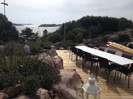 Auf der Terrasse vor dem Haupthaus steht ein Esstisch für viele Personen. Falls es das Wetter mal nicht erlaubt, so gibt es auch im Wintergarten oder im Haus selbst genügend Sitzgelegenheiten.