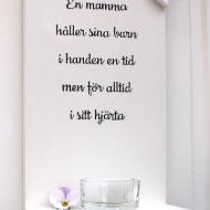 Ljushylla - En mamma håller sina barn i handen...
