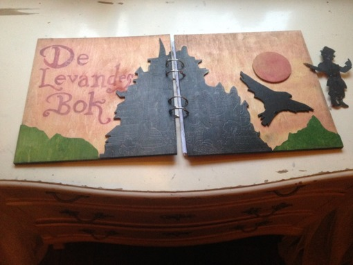 De Levandes bok, fan art i trä. Konstnär: anonym