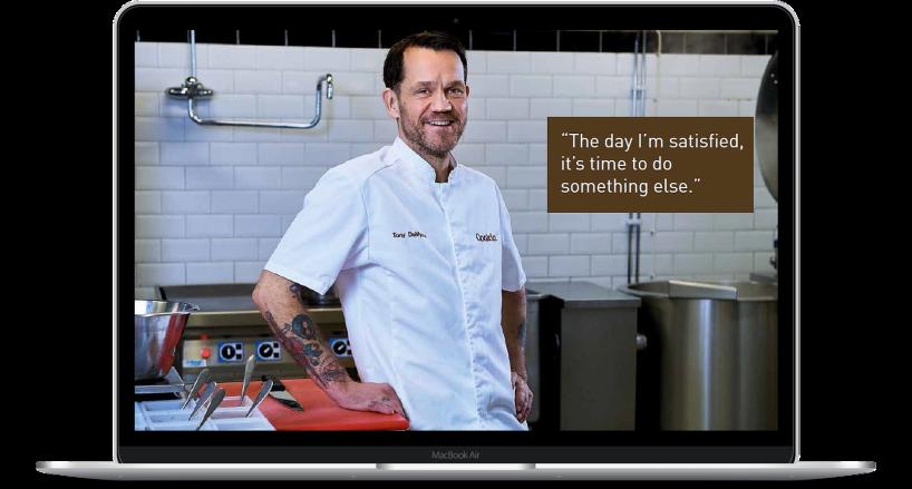 Bilden visar en av Cookin Foods kockar som intervjuades av Benny Karlsson Lilja för en artikel  i företagets kundtidning.