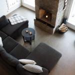 Allrummet med inbjudande soffa framför öppna spisen och fantastisk utsikt