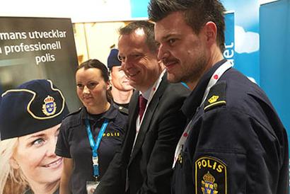 Inrikesminister Anders Ygeman möter Emelie Risberg och Peppe Larsson i Polisförbundets kongressmonter.