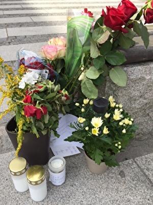 Blommor utanför entrén till Polishuset Ernst Fontells plats