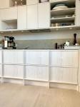 Kök, lackerade luckor och vitoljade lådor i oregon pine