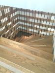 Förvaring, ekhylla i vinkel sett genom trappräcke