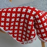 Bomullsfilt eller liten pläd med rött korsmönster. 90X130 cm.