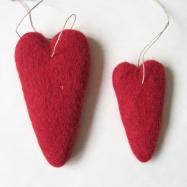 Tovade ullhjärtan med hampsnöre. Höjd 14 och 9 cm.
