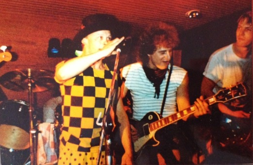 Livebild med Crut och deras trogne följeslagare Pelle Nyberg, som från och till sjunger en och annan låt med bandet. Okänd fotograf.