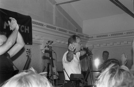 """En tillfällig återförening på Huset i slutet av 1980-talet. Mats Danielsson tar emot folkets jubel. I bakgrunden Edvard """"Edde"""" Nilsson. Foto: Lars Östvall."""