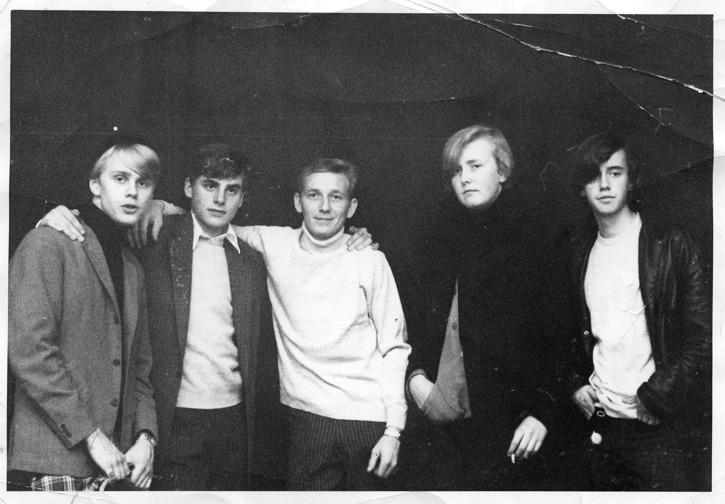 Moochers, från vänster: Göran Holmqvist, Anders Lagström, Kjell Karlsson, Tommy Sörensen och Jerry Gustavsson. Fotot skänkt till Folkrörelsearkivet av Ingvor Pettersson.