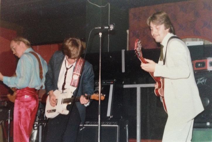 """Bula Blues Band på Gunghästen i början av 1980-talet. Från vänster Peter """"Lillen"""" Nilsson, Staffan Hagberg och till höger en leende kapellmästare i vit kostym - Lennart """"Bula"""" Fälth. Bilden är tagen med Staffan Hagbergs kamera, men fotografen är dessvärre bortglömd. Tack ändå för fina bilder!"""